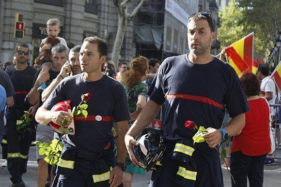 El pueblo rindió homenaje a los bomberos. Foto: Jennifer Veliz/ Cubadebate.