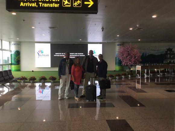 Médicos cubanos a su llegada a Vietnam. Foto tomada del perfil en Facebook de Yudisley Cruz.