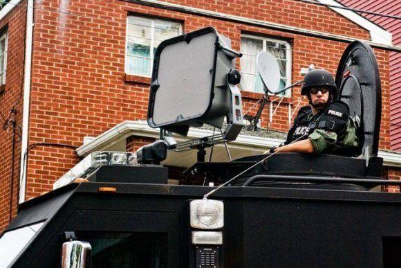 Entre las armas sónicas que sí existen está el sistema LRAD, que es usado por fuerzas de seguridad de varios países del mundo. Los aparatos son grandes dimensiones y difíciles de ocultar.