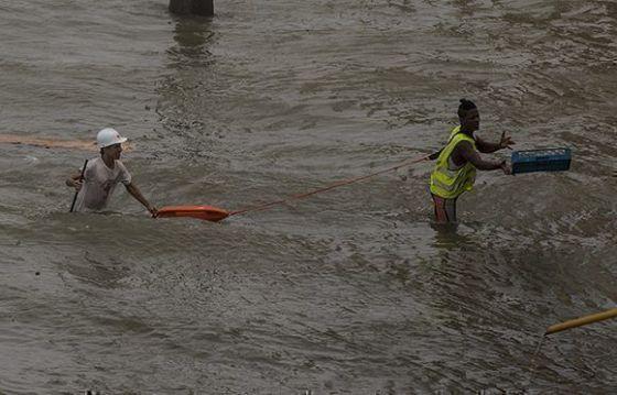 Rescatistas en el malecón habanero. Foto: Ismael Francisco/ Cubadebate.