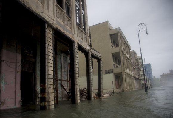 Derrumbe parcial en la esquina de Crespo y Malecón en Centro Habana. Foto: Ismael Francisco/ Cubadebate.