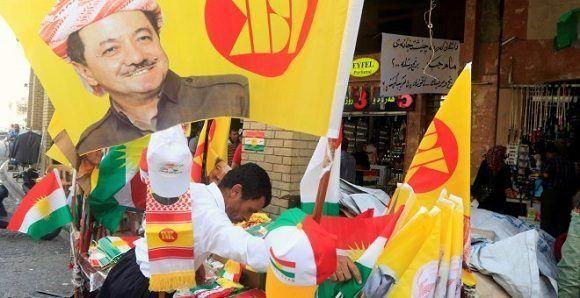 Un hombre vende material propagandístico a favor del referéndum de independencia del Kurdistán. Foto: Reuters.