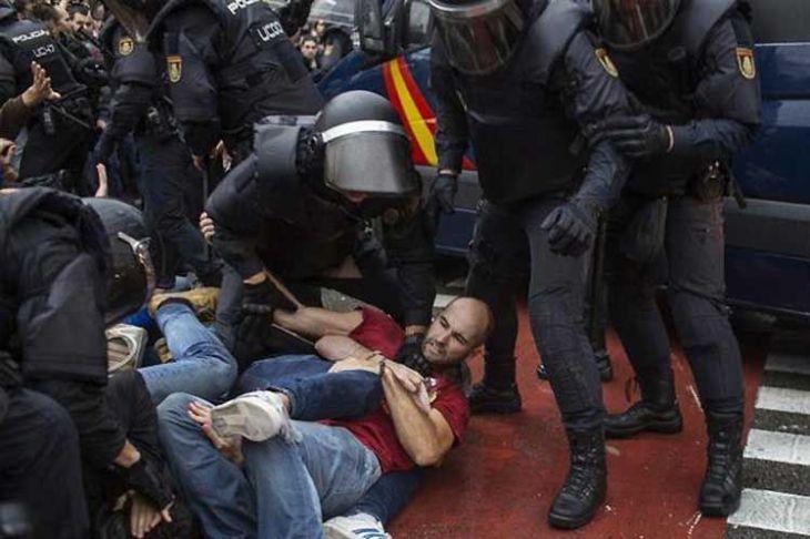 A pesar del silencio del Ejecutivo, la violenta actuación de la policía española provocó la respuesta inmediata de varias personalidades europeas.