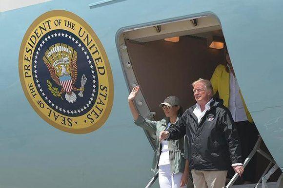 Donald y Melania Trump a su llegada a Puerto Rico. Foto: AFP.