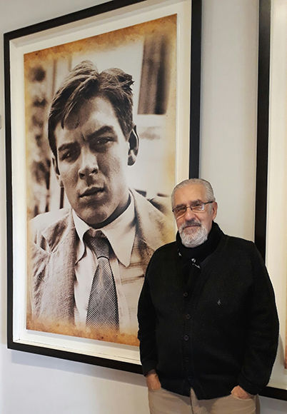 Atilio Borón, el autor del artículo, junto al retrato del Che, en su casa de Alta Gracia.