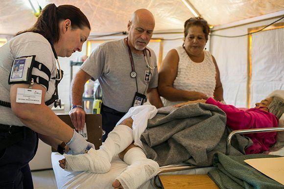 Problemas como los piquetes de mosquitos o insectos se han vuelto más delicados. Una doctora examina las piernas de Irma Alverio en Caguas, Puerto Rico. Foto: Dennis M. Rivera Pichardo/ The New York Times.