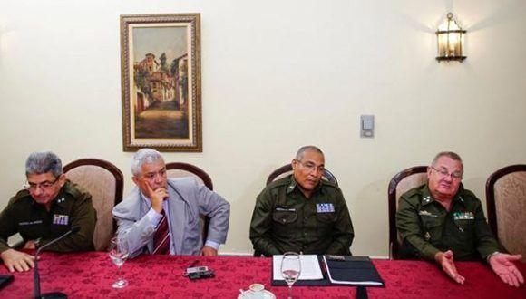Un equipo que investiga las denuncias de Estados Unidos de ataques contra diplomáticos de Washington en La Habana, liderado por el coronel Ramiro Ramírez (en la imagen a la derecha) del Ministerio del Interior, participa en una entrevista en el Hotel Nacional en La Habana, Cuba. 22 de octubre, 2017. Imagen tomada el 22 de octubre, 2017. Foto: Alexandre Meneghini/ Reuters.