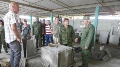 El general de cuerpo de ejército Joaquín Quintas evaluó la producción de materiales en Cienfuegos. Foto: Laura Brunet Portela