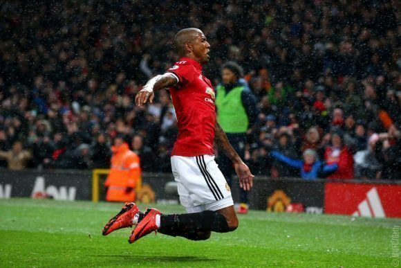 Ashley Young celebra el gol del triunfo. Foto: @ManUtd.