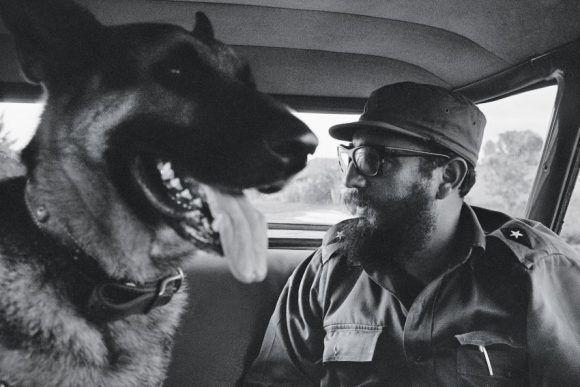 Fidel junto a su perro Guardián, en el auto. 1965. Foto: Lee Lockwood