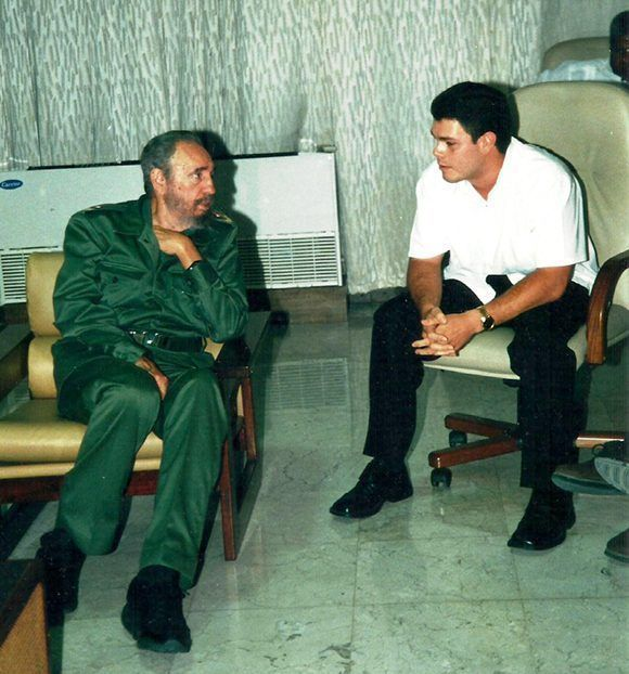 Fidel conversa con su nieto, Fidel Antonio. Foto: Cortesía del autor.