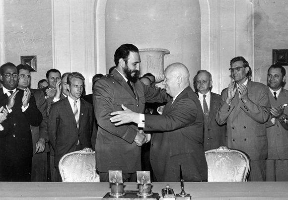 Fidel saluda al Presidente de la URSS, Nikita Jrushchov, después de firmar la declaración conjunta soviético-cubana en el Palacio del Kremlin, el 23 de mayo de 1963. Autor: Agencia de noticias TASS/ Sitio Fidel Soldado de las Ideas.