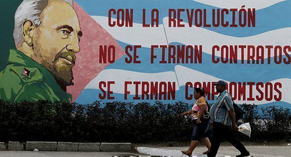 Une phrase de Fidel à côté du drapeau cubain. Photo: Enrique de la Osa / Reuters.