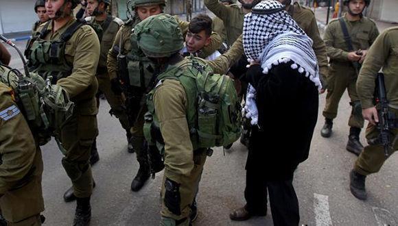 Soldados israelíes detienen a un palestino durante enfrentamientos. Foto: (EFE)