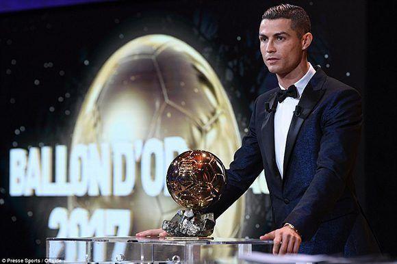 Cristiano Ronaldo junto a su quinto Balón de Oro. Foto: Press Sport.