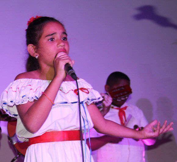 Una niña llamada Midiala Hernández, canta una tonada. Foto: José Raúl Concepción/Cubadebate/ Archivo.
