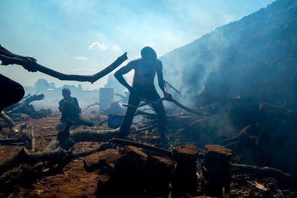 Gente que hornea ladrillos durante una sequía en Malawi que ocurrió en 2016. Foto: The New York Times.