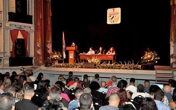 https://i1.wp.com/media.cubadebate.cu/wp-content/uploads/2018/01/La-Asamblea-Municipal-del-Poder-Popular-en-Santa-Clara-sesion%C3%B3-en-el-Teatro-La-Caridad-580x363.jpg