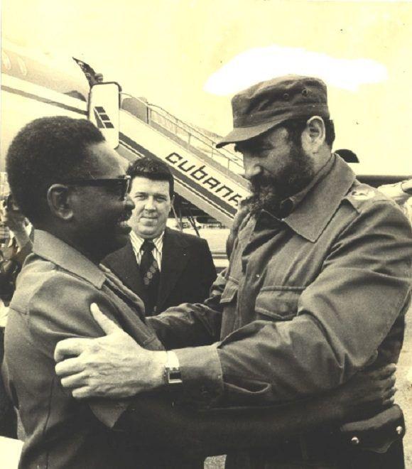 Fidel Castro es recibido por Agosthino Neto, primer presidente de la República Popular de Angola y máximo líder del Movimiento Popular de Liberación de Angola (MPLA) en el aeropuerto de Belas, Angola, el 23 de marzo de 1977. Foto: Sitio Fidel Soldado de las Ideas.