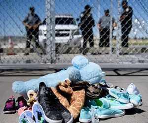 Zapatos y juguetes dejados por niños separados de sus padres en el puerto de entrada de Tornillo, Texas. Foto: Brendan Smialowski/AFP/Getty Images