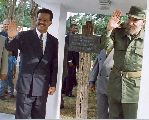 Junto al Presidente de República Dominicana, Leonel Fernández durante la visita a la casa de Máximo Gómez en Baní, República Dominicana, el 23 de agosto de 1998. Foto/Sitio Fidel Soldado de las Ideas.