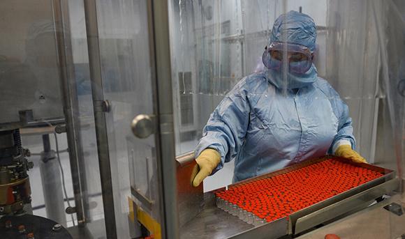 Proceso productivo en el Centro de Ingeniería Genética y Biotecnología (CIGB). Foto: Granma.