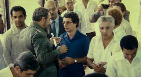 Fidel junto a Frei Betto y un grupo de científicos cubanos en la Inauguración del Centro de Ingeniería Genética y Biotecnología de La Habana, en 1986. Foto: Cortesía del CIGB