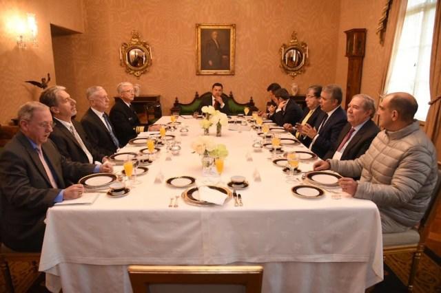 El presidente de Colombia está flanqueado en una mesa de conferencias por nueve hombres, incluido el secretario de Defensa James N. Mattis.