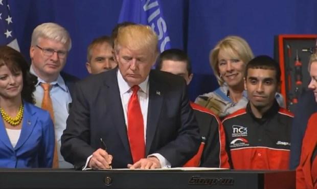El presidente de EEUU, Donald Trump, firma la orden ejecutiva relativa a las vistas de trabajo y el comercio exterior luego de pronunciar un discurso en una fábrica de herramientas en Kenosha, Wisconsin.