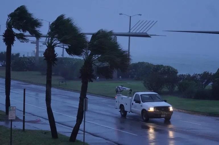 <div>Una unidad de la electricidad de Corpus Christi, en Texas transita bajo la fuerte lluvia momentos antes de que el ojo del huracán Harvey tocara tierra. </div><div><br></div>