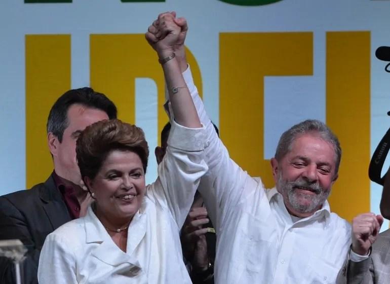 Lula da Silva acompaña a Dilma Rousseff celebrando su victoria electoral del 26OCT14.