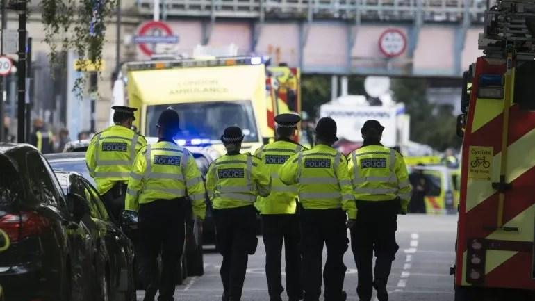 Miembros de los servicios de emergencia acordonan la zona de la estación de metro Parsons Green enLondres(Reino Unido).