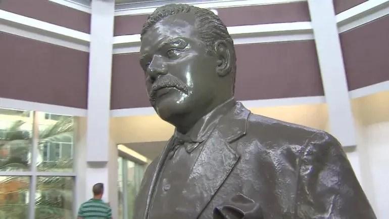 Detalle de la estatua del exgobernador de Florida Napoleón Bonaparte Broward que fue retirada de las oficinas de los juzgados del Condado Broward