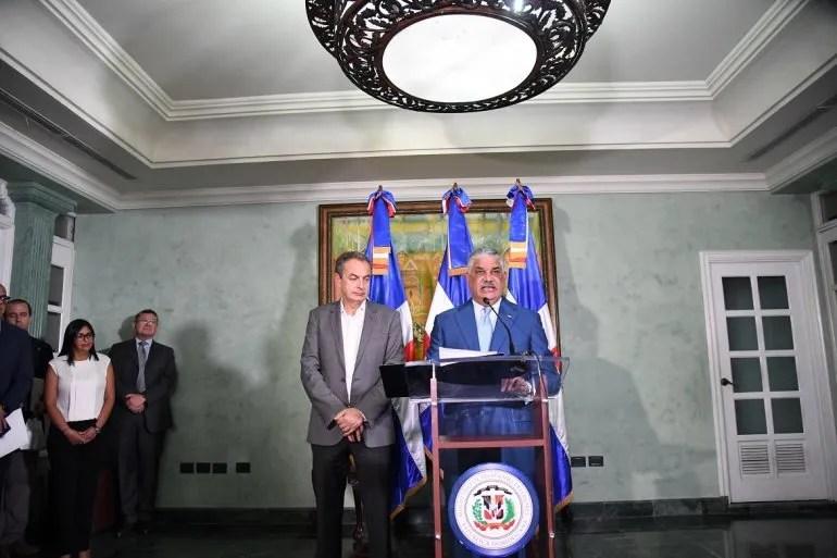 Canciller dominicano Miguel Vargas escoltado por el expresidente español José Rodríguez Zapatero el 16NOV17. A la izquierda