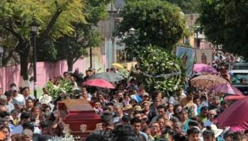 Personas participan en el sepelio de dos sacerdotes que fueron asesinados por grupos delictivos en Guerrero.