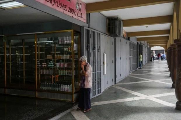 Comercios en el centro de Caracas aún permanecen cerrados luego de la reconversión monetaria y de una devaluación de la moneda que mantiene en incertidumbre sobre los nuevos precios de muchos productos.