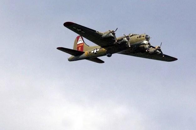 En esta foto de archivo del 29 de septiembre de 2004, el Nine-O-Nine, una fortaleza voladora de la Fundación Collings B-17, vuela sobre Bristol, Connecticut.