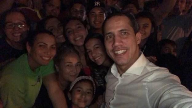 Los vecinos se agolparon para saludar a Guaidó.