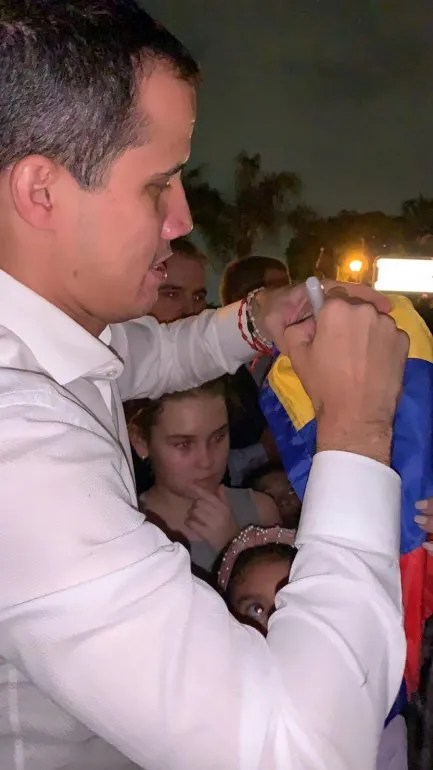 Guaidó firmó varias banderas de Venezuela en su visita sorpresa a Doral.