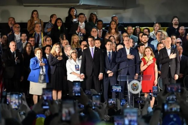En un mismo escenario junto a Juan Guaidó representantes demócratas y republicanos. Donna Shalala, Debbie Mucarsel-Powell, Debbie Wasserman Schultz, Marío Díaz Balart, Rick Scott, Carlos Giménez y Francis Suárez, entro otros.