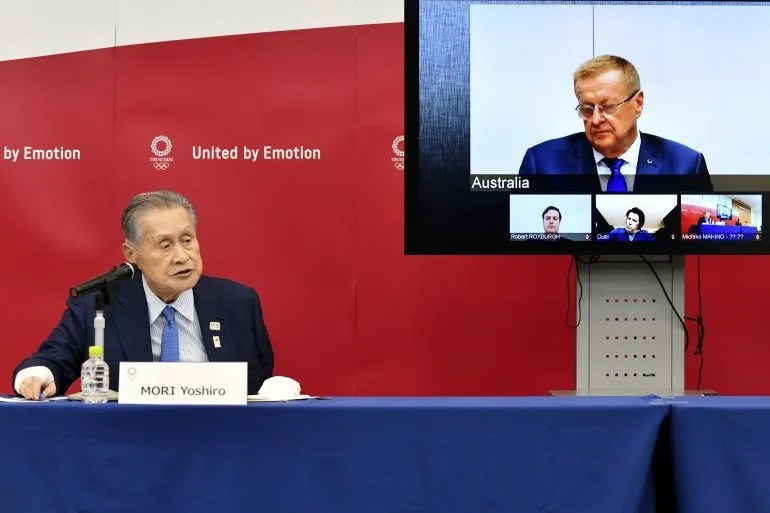 El presidente del comité organizador de los Juegos Olímpicos de Tokio 2020, Yoshiro Mori (izquierda), habla durante una teleconferencia junto a John Coates, jefe de la comisión coordinadora del COI, en Tokio, el jueves 16 de abril de 2020.