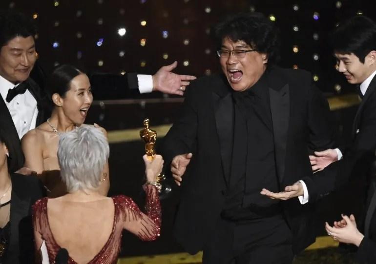 """Bong Joon Ho reacciona al recibir el Oscar a la mejor película por """"Parasite"""" de manos de Jane Fonda el 9 de febrero del 2020 en el Teatro Dolby en Los Angeles. A la izquierda lo acompañan Song Kang-Ho y Kwak Sin Ae."""