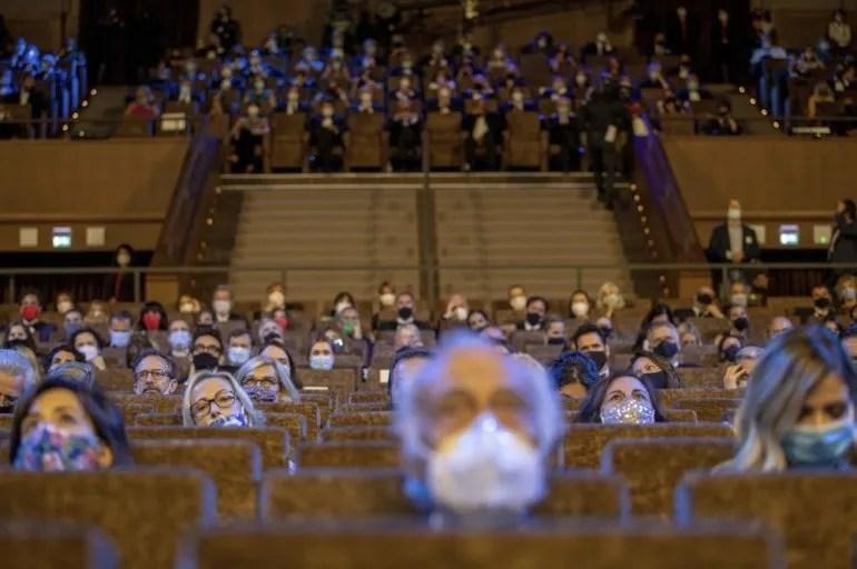 Asistentes con tapabocas y distanciados durante la ceremonia inaugural del Festival de Cine de Venecia, uno de los más importantes del mundo del cine, en el Lido, el miércoles 2 de septiembre del 2020 en Venecia, Italia.