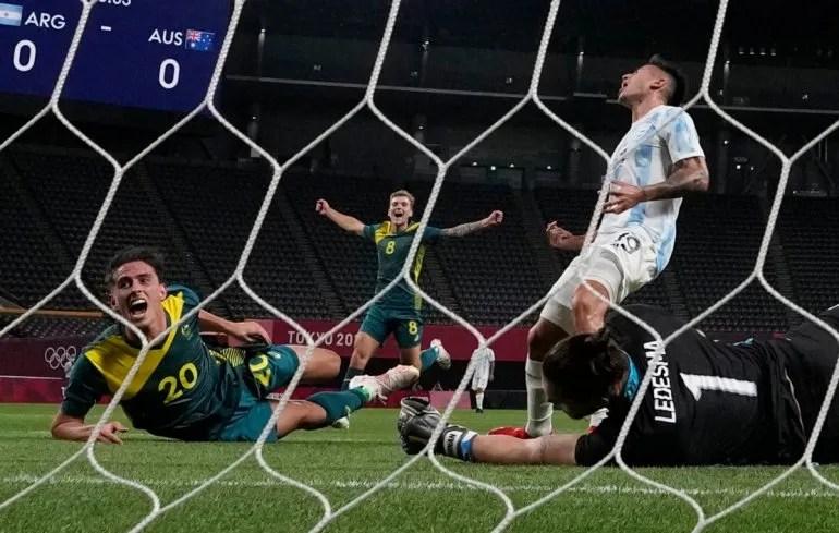 Lachlan Wales celebra tras marcar el primer gol de Australia en la victoria 2-0 ante Argentina en el fútbol de los Juegos Olímpicos, el jueves 22 de julio de 2021, en Sapporo