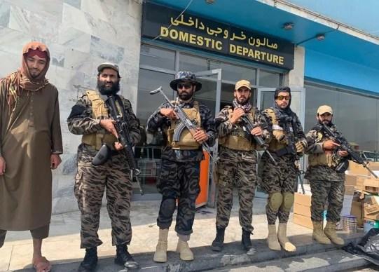 Combatientes talibanes montan guardia en el Aeropuerto Internacional Hamid Karzai tras la retirada estadounidense en Kabul, Afganistán, el martes 31 de agosto de 2021. El Talibán tomó el control del aeropuerto internacional de Kabul tras la retirada de las tropas estadounidenses.