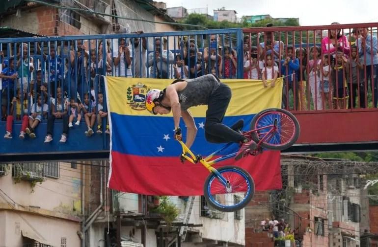 Daniel Dhers, flamante medallista de plata en el BMX estilo libre en los Juegos Olímpicos, realiza una suerte en la barriada Cota 905 de Caracas, Venezuela.