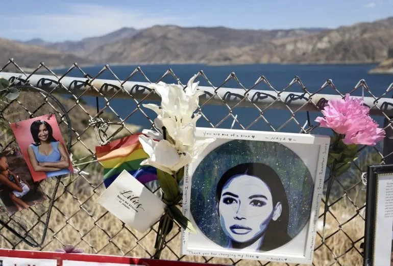 """Un memorial improvisado para la difunta Naya Rivera junto al lago Piru, en el bosque nacional Los Padres, California, el 3 de agosto del 2020. La actriz de 33 años, conocida por su trabajo en la serie """"Glee"""", fue hallada muerta en el lago el 13 de julio, cinco días después de que su hijo Josey fue encontrado solo en un bote que habían alquilado."""
