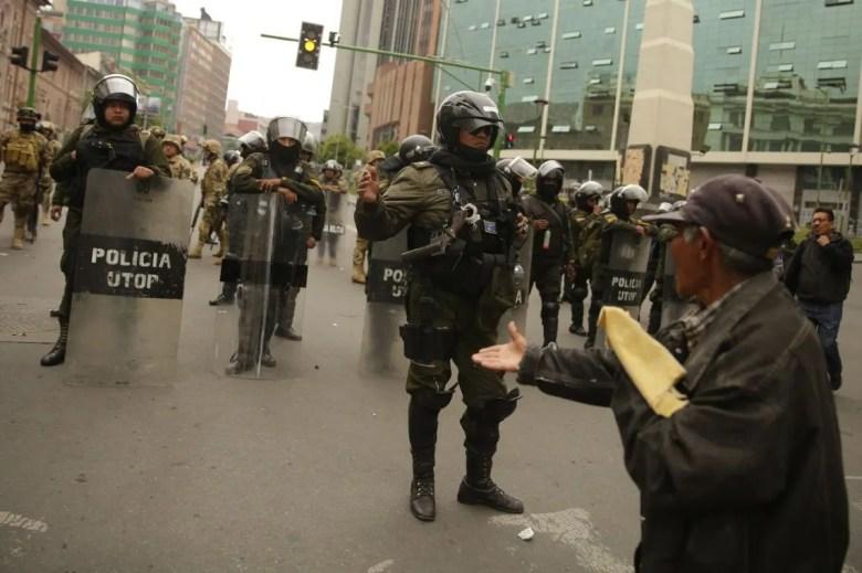 Bolivia denunció el envío de armas para la represión.