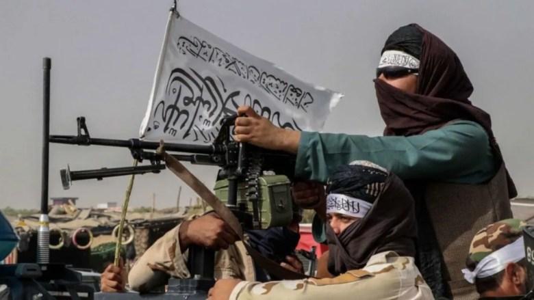 Los talibanes advierten a Estados Unidos para que dejen Afganistán.