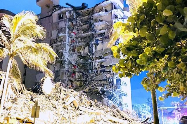 Una imagen del edificio que colapsó, en momentos que comenzaba a amanecer en Florida.
